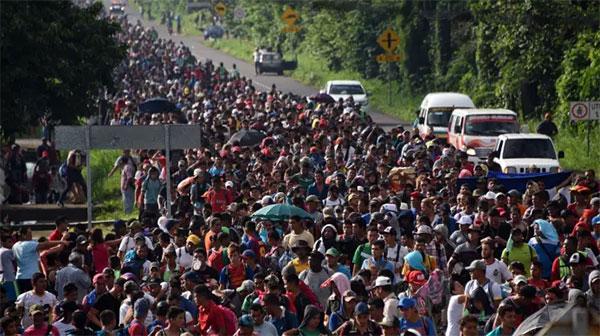 万人难民潮来袭 特朗普将出动超800人的军队保卫墨西哥边境